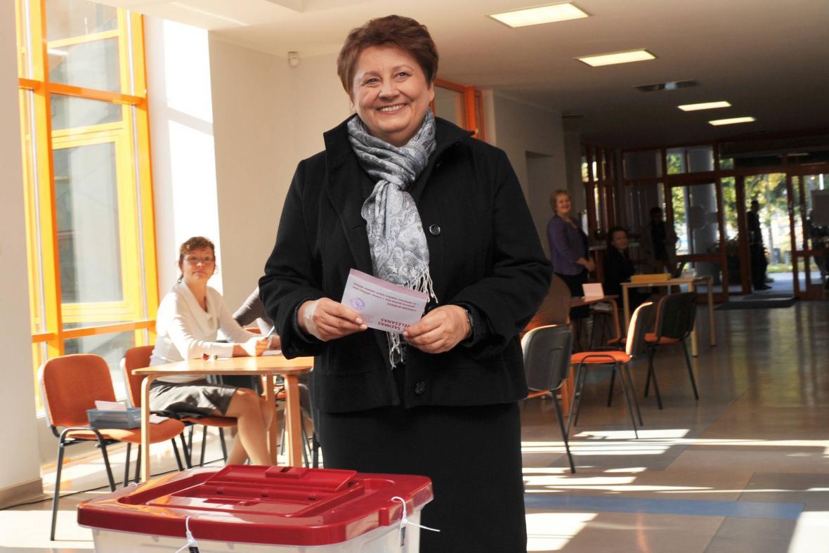 Lotyšská premiérka Laimdota Straujumaová u parlamentních voleb 2014