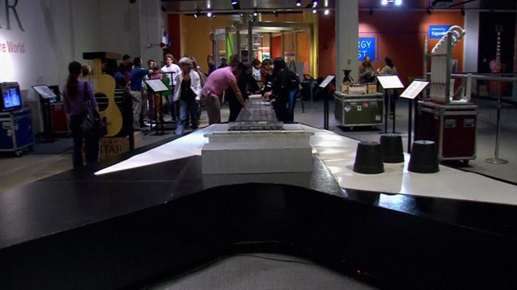 Největší kytara světa měří 14 metrů