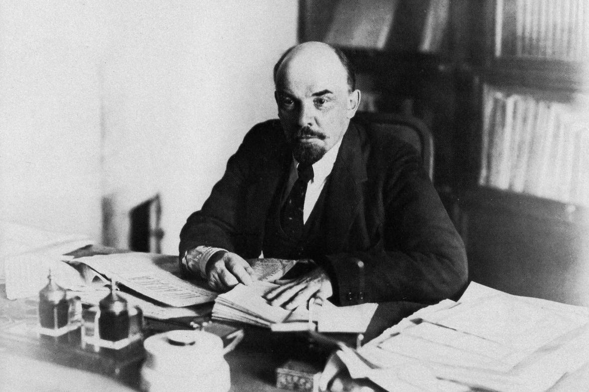 Lenin při studiu ve svém bytě v Kremlu, 1918