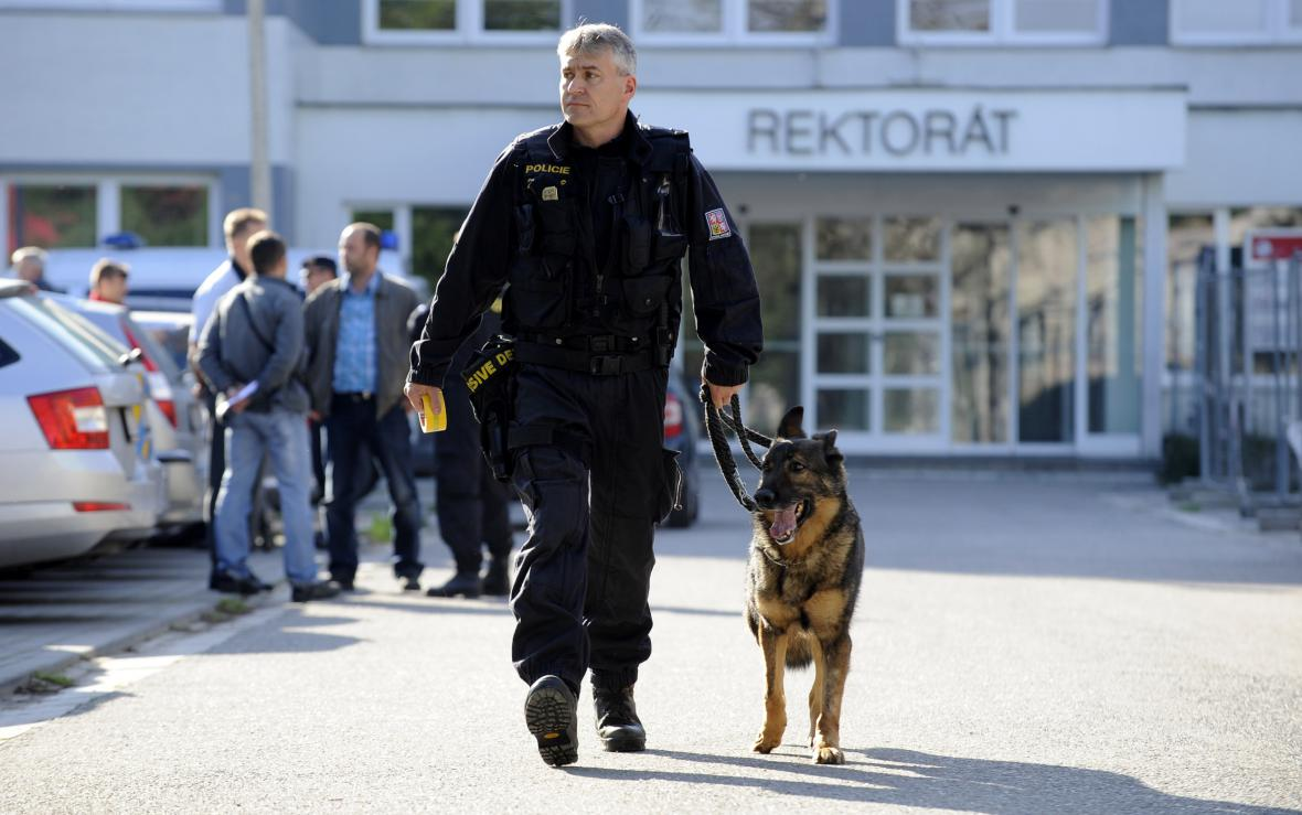 Policisté prohledávají prostory Univerzity Pardubice