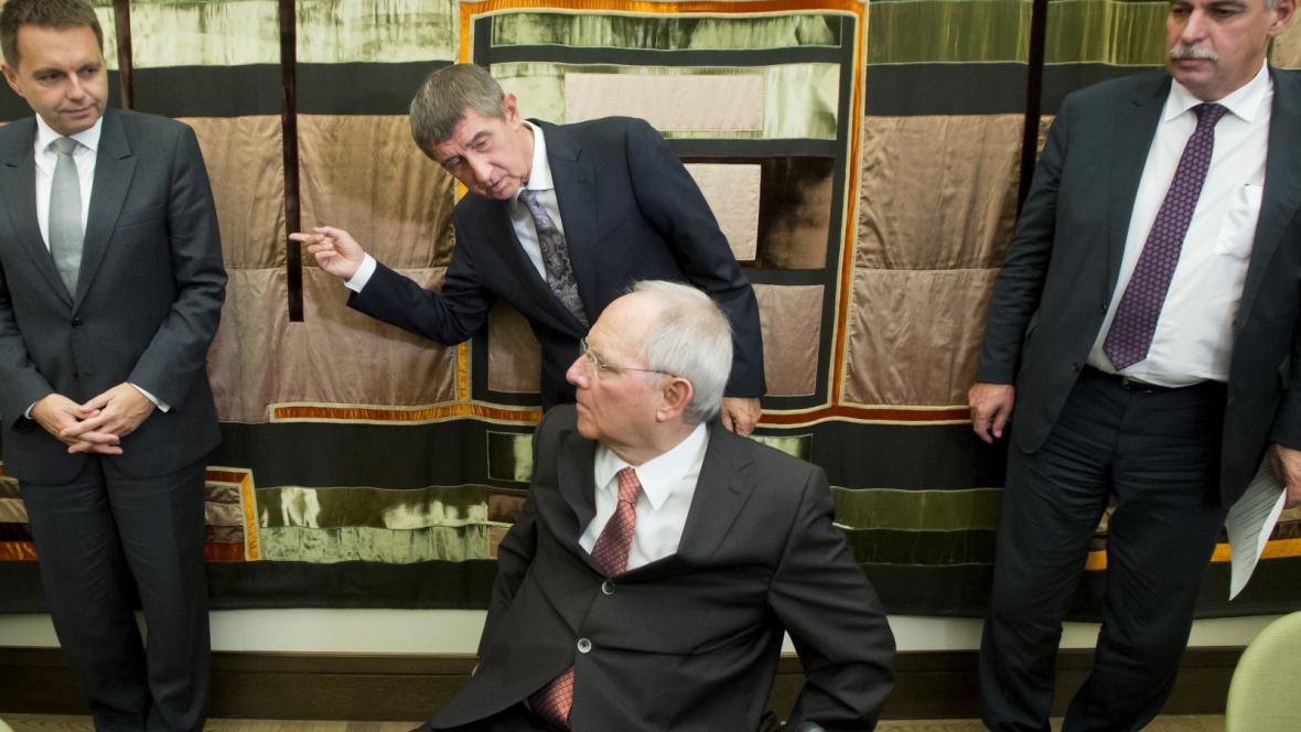 Zleva ministři financí Peter Kažimír, Andrej Babiš, Wolfgang Schäuble a Hans Jörg Schellig