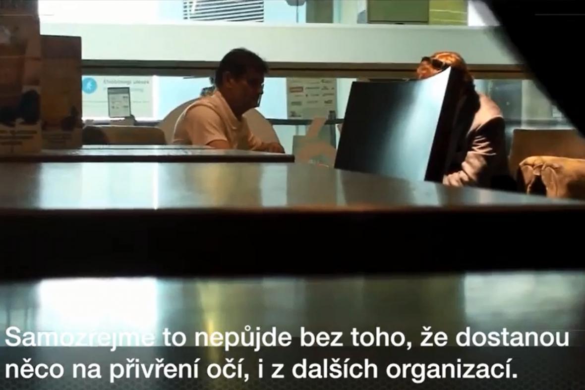 Reportér Kroupa jako obchodník jedná s Izdebským (vlevo)