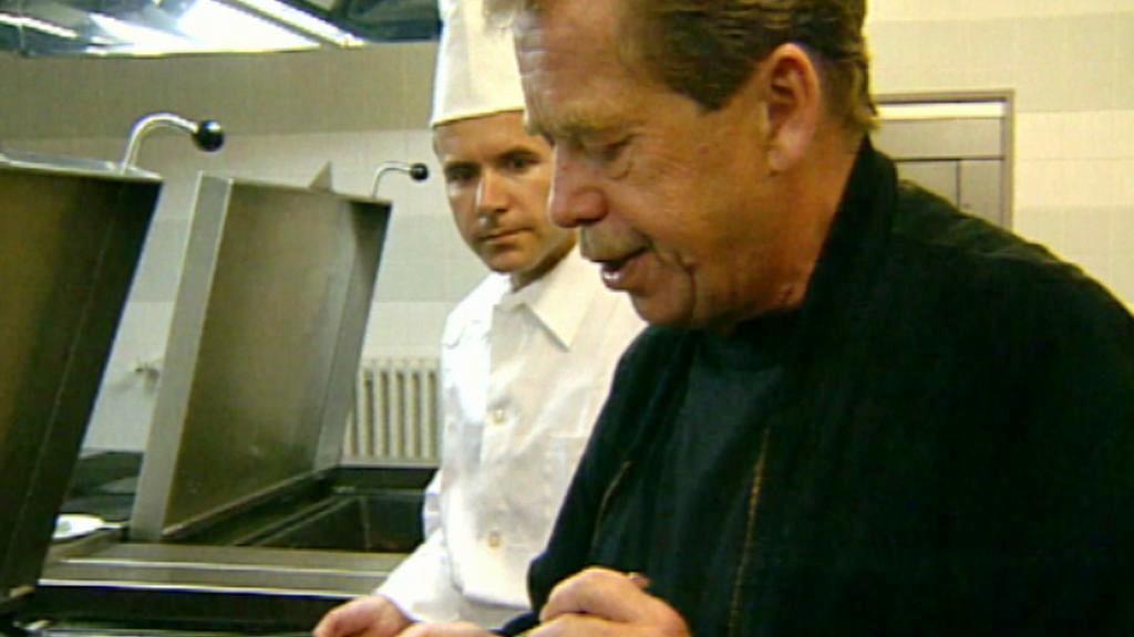 Václav Havel připravuje guláš pro hosty