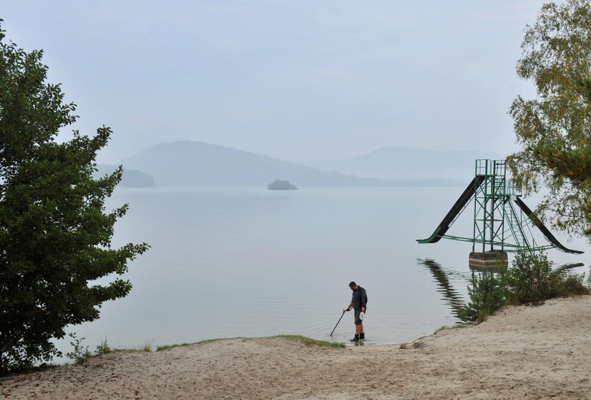 Začalo vypouštění Máchova jezera