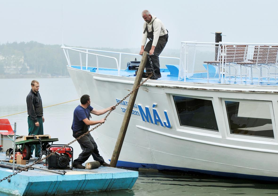 Zabezpečování parníku Máj před vypuštěním Máchova jezera