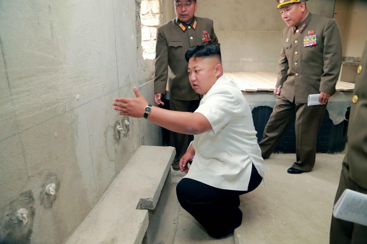 Kim Čong-un kouká na zeď