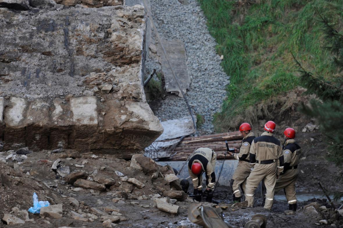 Záchranáři u zříceného silničního mostu u Vilémova na Havlíčkobrodsku