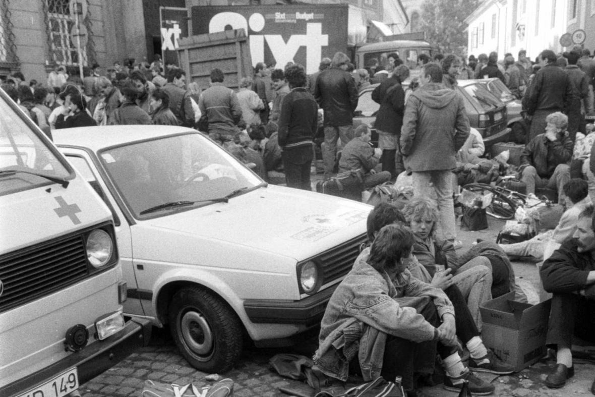 Východoněmečtí uprchlíci u západoněmecké ambasády na podzim 1989