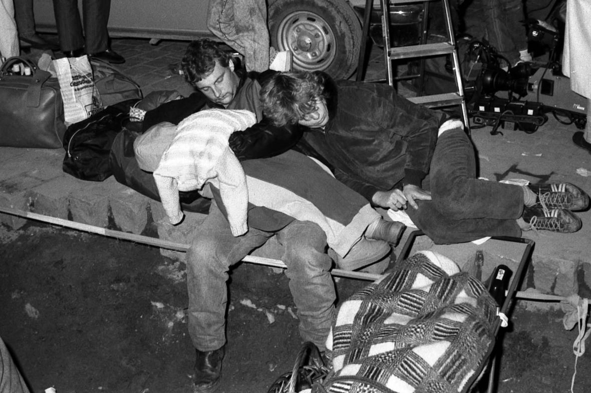 Východoněmečtí uprchlíci na západoněmecké ambasádě na podzim 1989