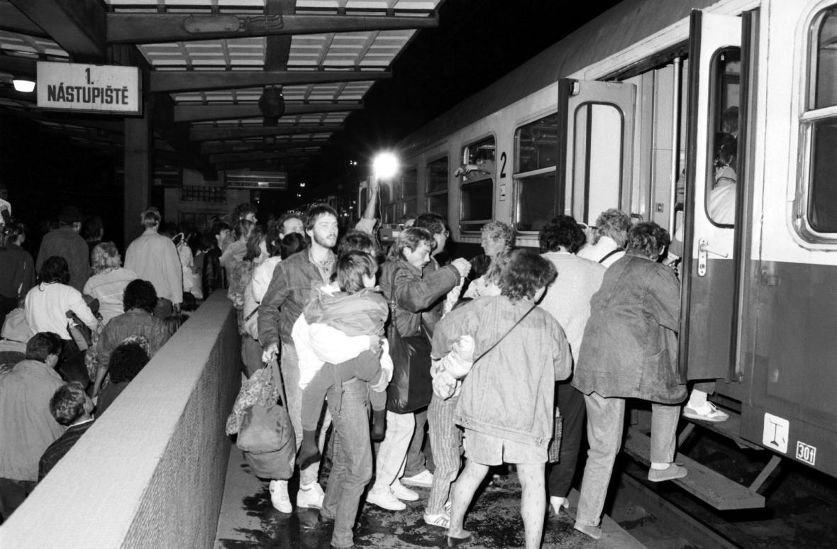 Východoněmečtí uprchlíci odjíždějí z libeňského nádraží v Praze do Západního Německa