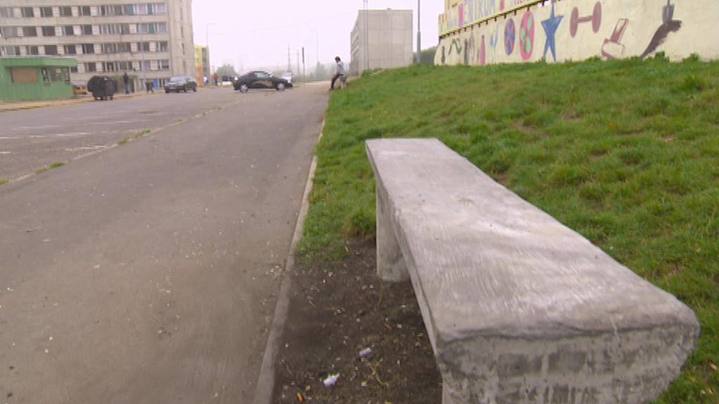 Betonová lavička na sídlišti Chanov