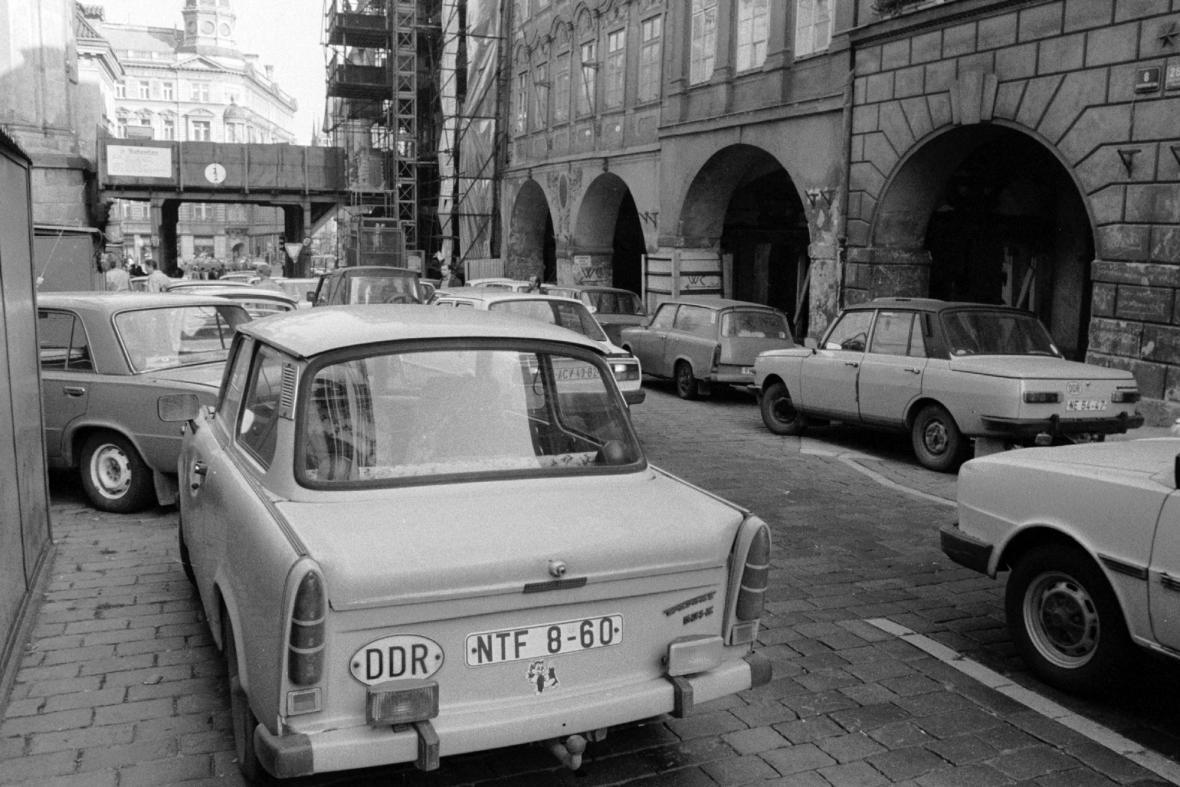 Trabant zanechaný v ulicích Prahy východoněmeckými uprchlíky v roce 1989