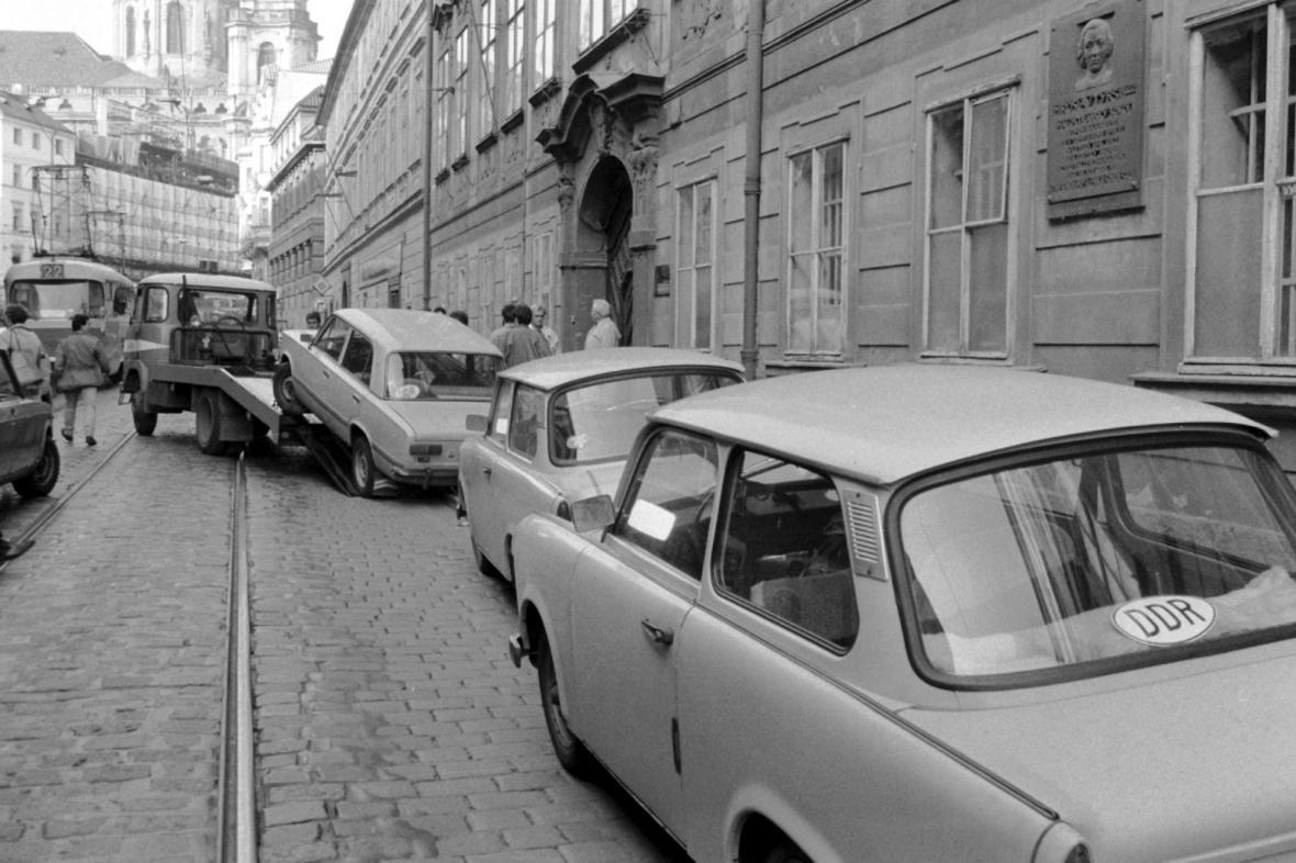 Trabanty zanechané v ulicích Prahy východoněmeckými uprchlíky