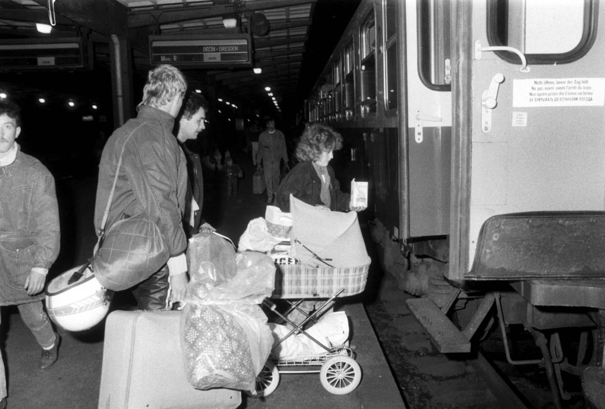 Východoněmečtí uprchlíci odjíždějí z libeňského nádraží