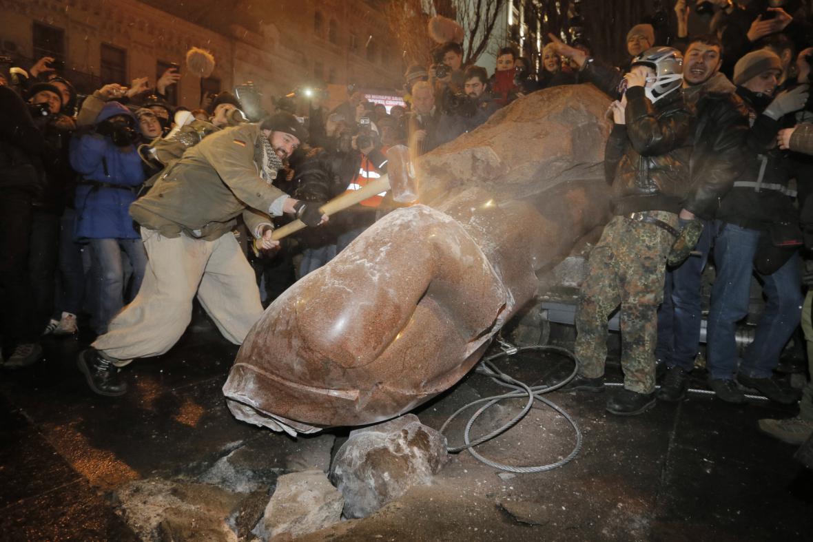 Stržení sochy V. I. Lenina v Kyjevě