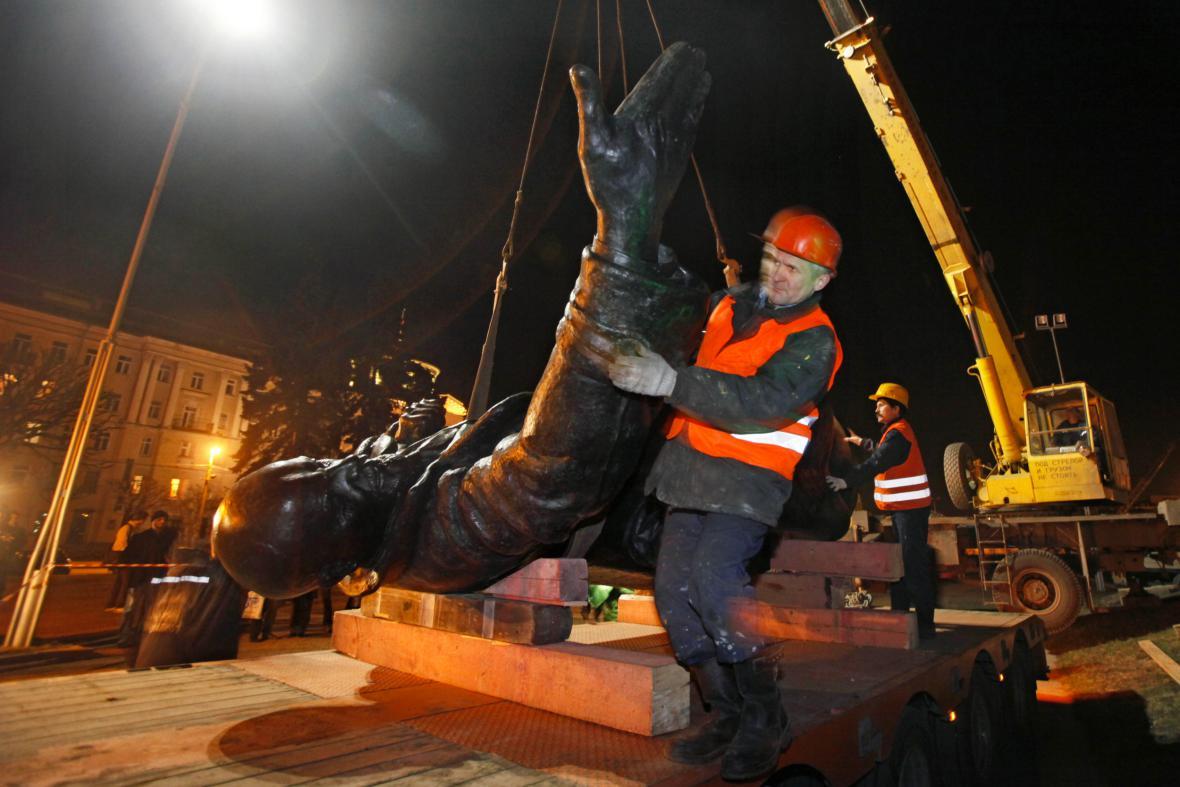 Demontáž sochy V. I. Lenina v ruském Petrohradě