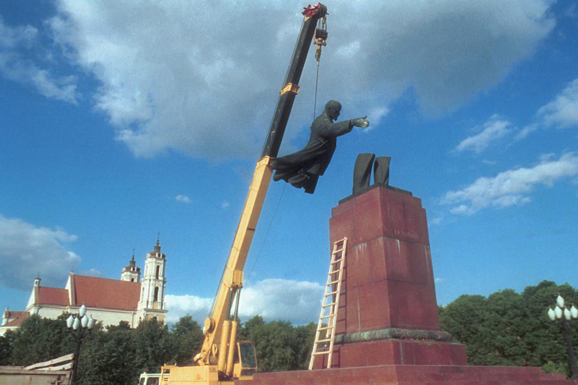 Stržení sochy V. I. Lenina ve Vilniusu
