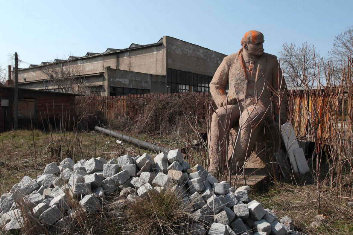 Odložená socha V. I. Lenina na městské skládce v Bulharsku