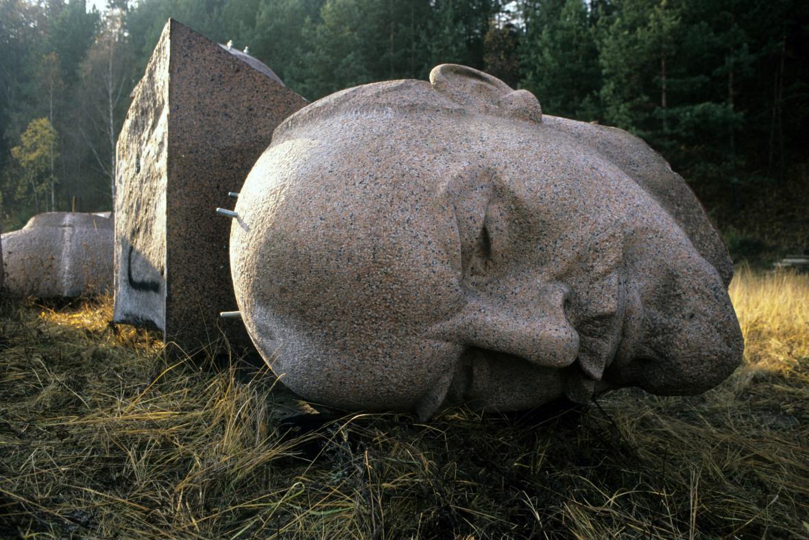 Stržená hlava Leninovy sochy ve Východním Berlíně