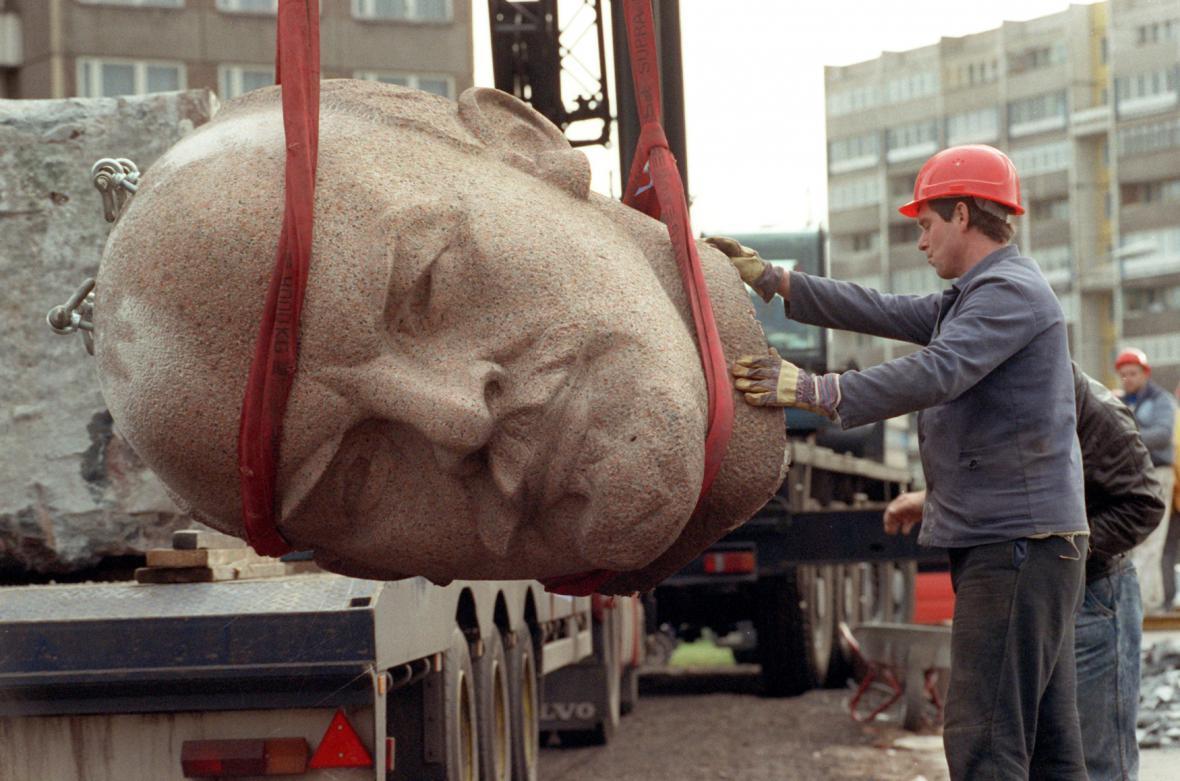 Demolice Leninova pomníku v Berlíně roku 1991