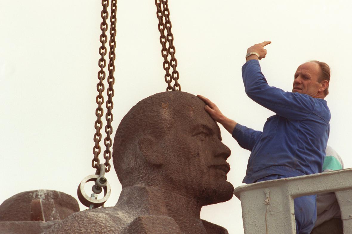 Demontáž šestimetrové sochy V. I. Lenina v Drážďanech v roce 1992