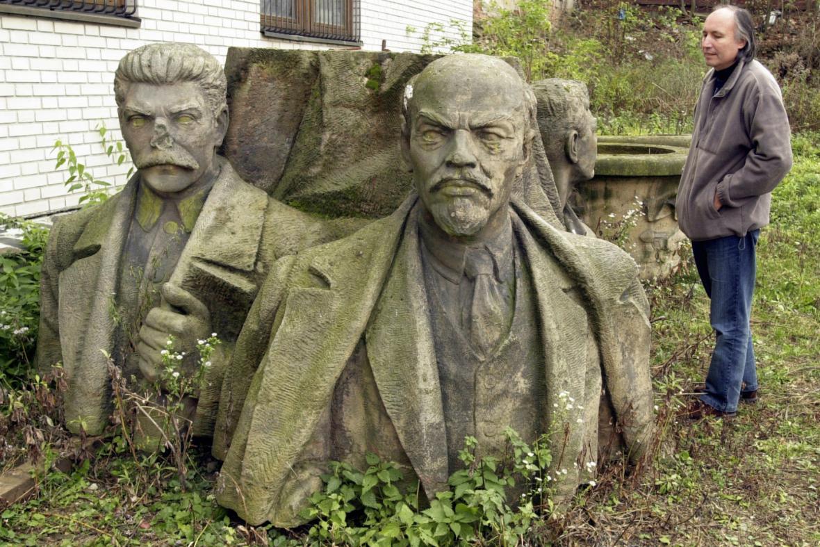 Demontované monumentální sousoší Lenina a Stalina na dvoře olomouckého Muzea umění