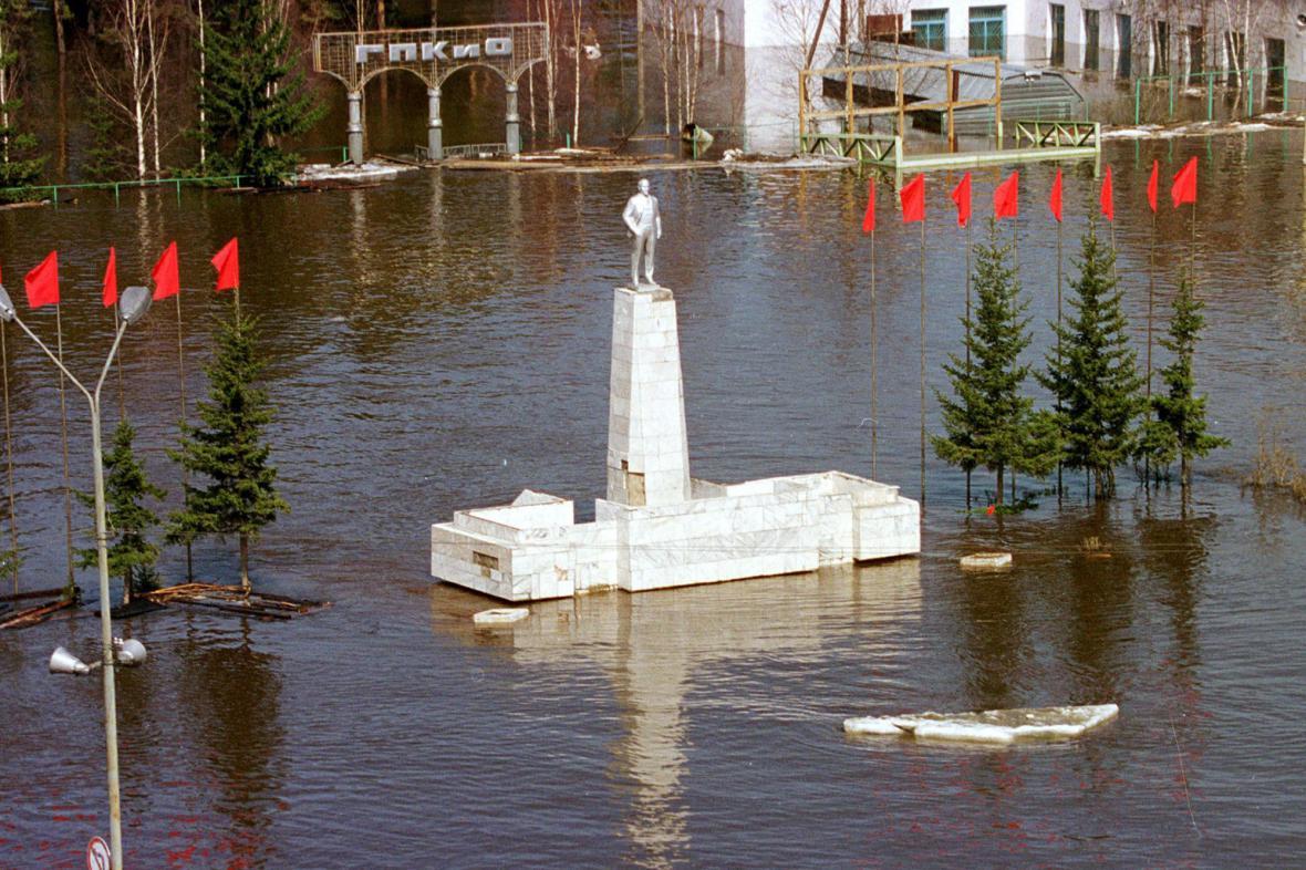 Socha V. I. Lenina ční z vody v sibiřském městě Lensk, zaplaveném řekou Lenou