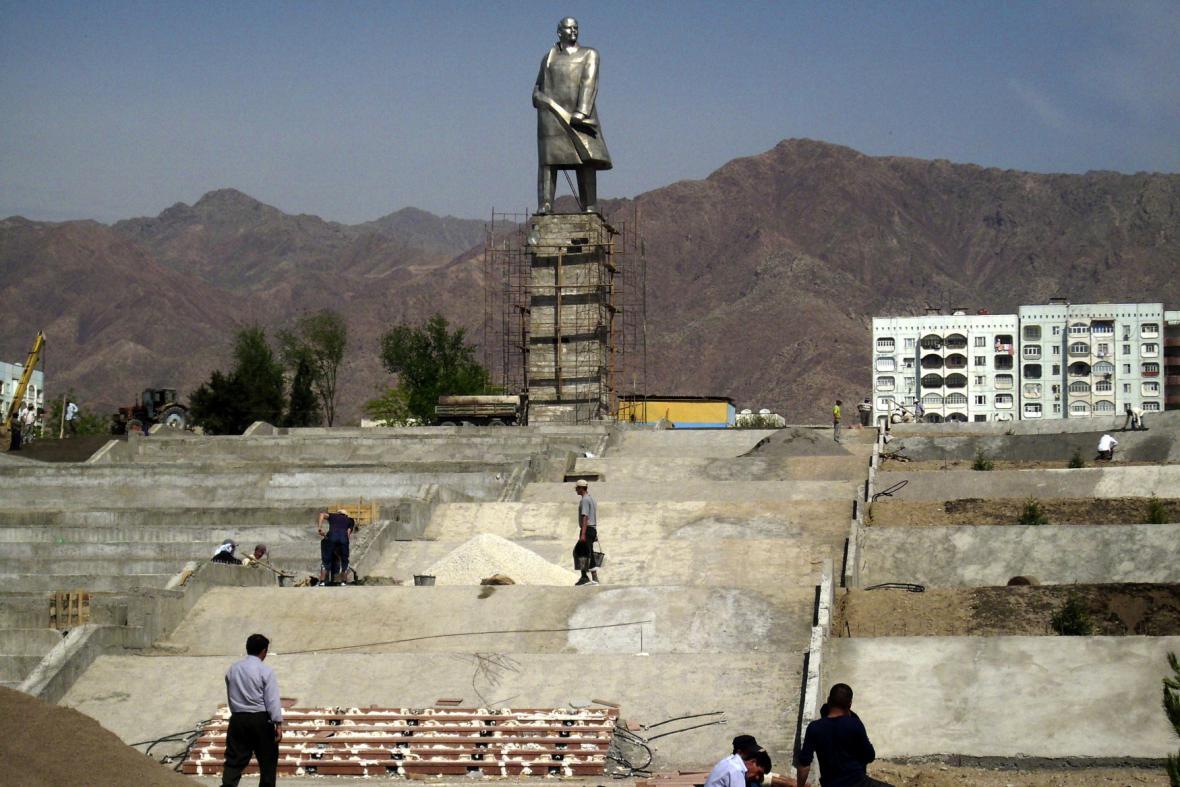 Socha V. I. Lenina v Chudžandu v Tádžikistánu