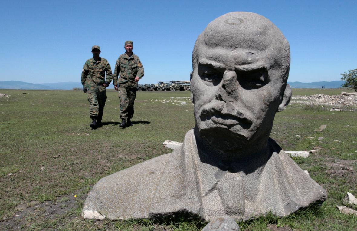 Hlava sochy Lenina na půdě bývalé vojenské základny SSSR nedaleko Tbilisi v Gruzii
