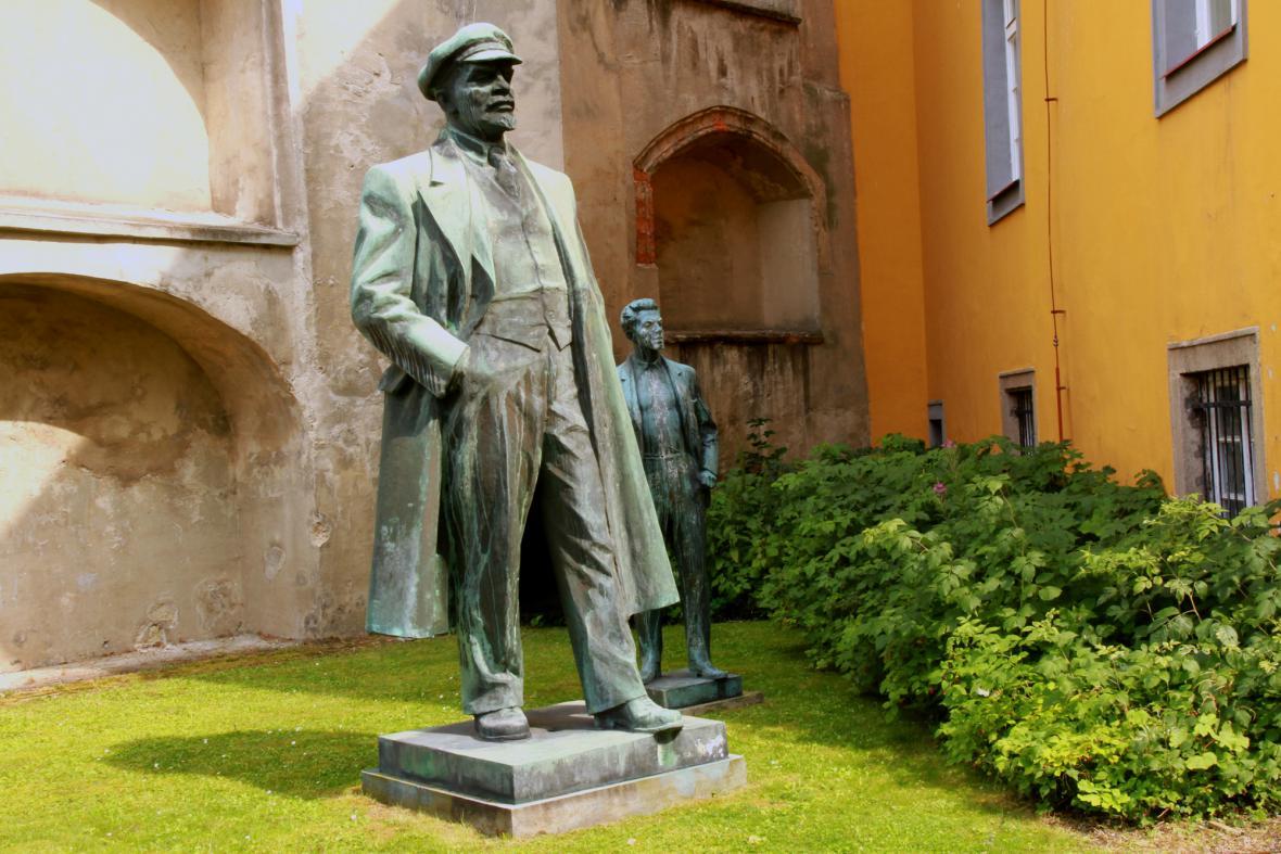 Socha V. I. Lenina odklizená do zahrady františkánského kláštera v Chebu spolu se sochou Julia Fučíka