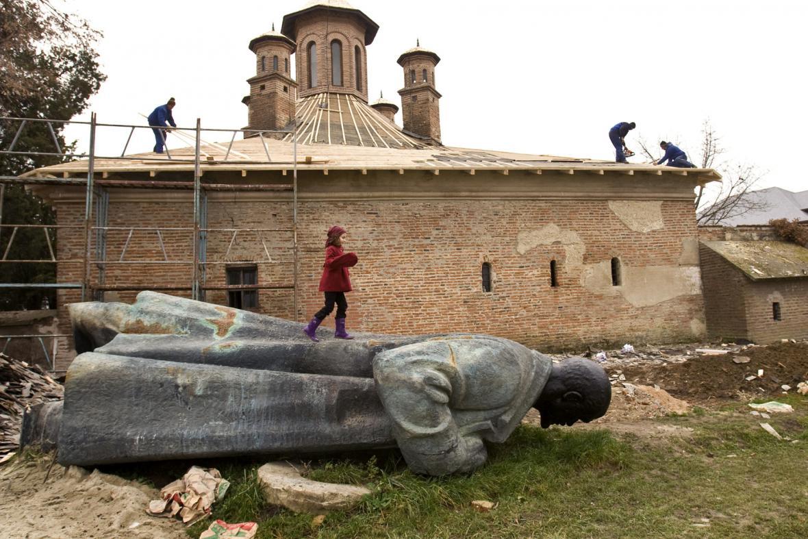 Opuštěná socha Vladimíra Lenina na dvoře kláštera Mogosoaia v Rumunsku