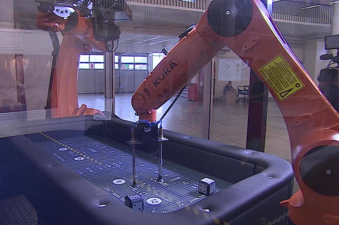 Roboti hrající v kostky