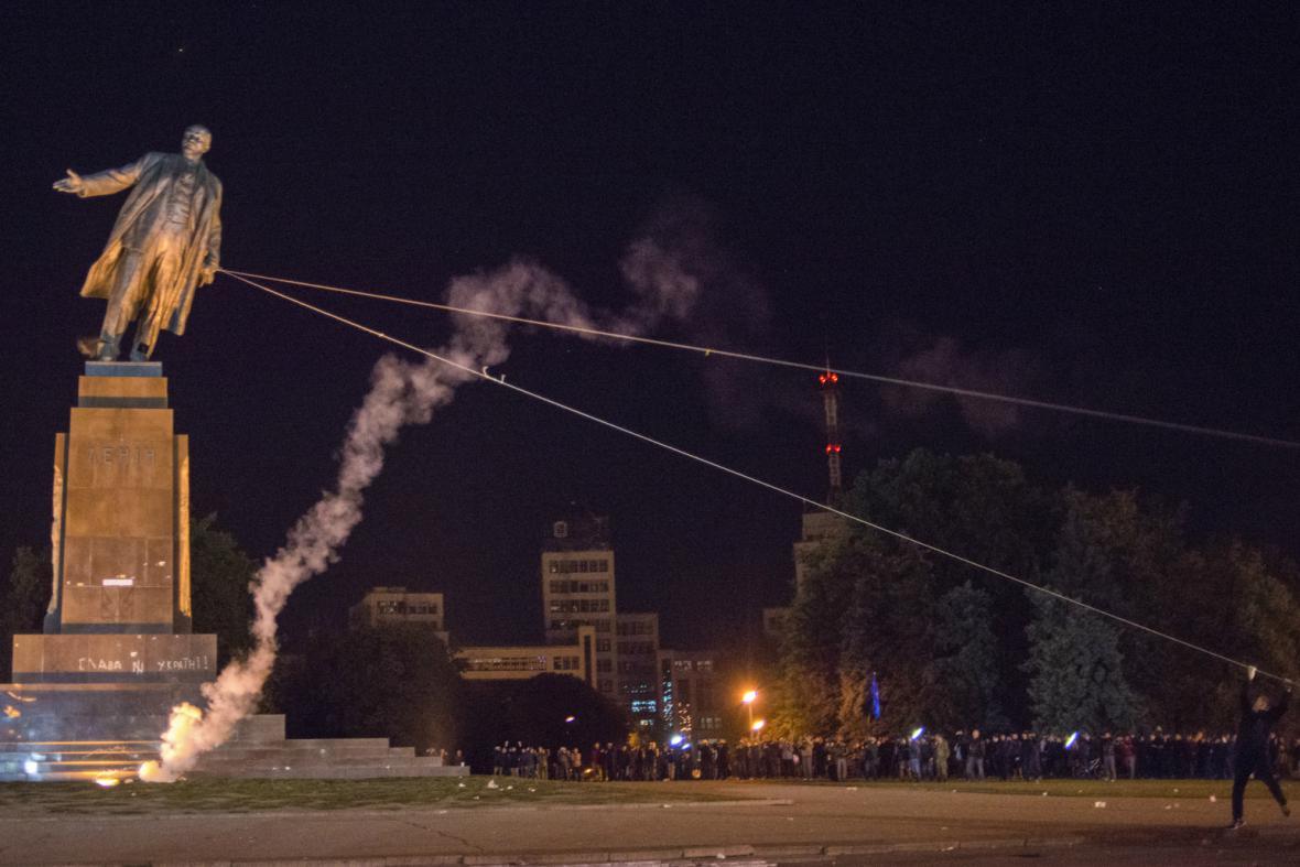 Dav strhl v Charkově sochu Lenina