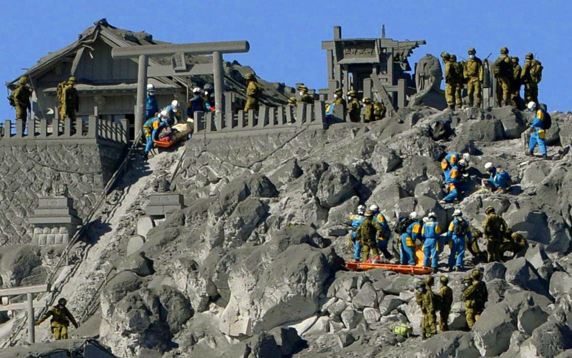 Pátrání po obětech výbuchu sopky Ontake