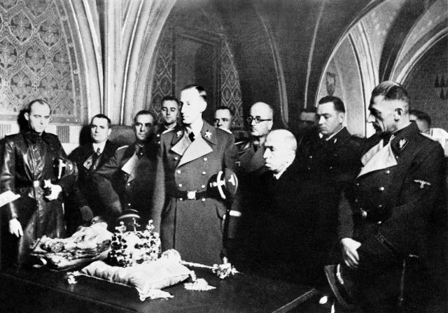 Reinhard Heydrich, Emil Hácha a Karl Hermann Frank ve Svatováclavské kapli v roce 1941