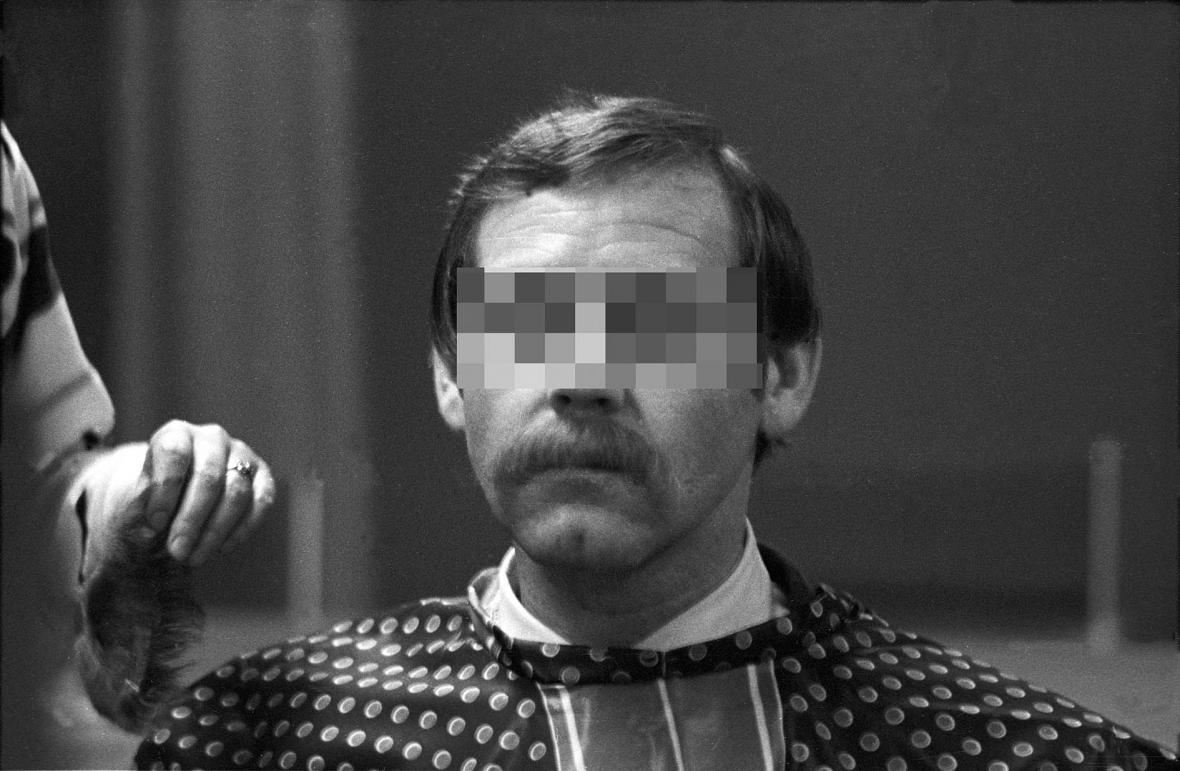 Aplikace knírku pro agenta východoněmecké Stasi