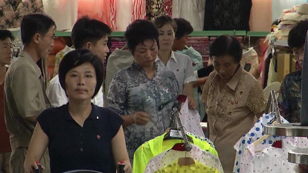 Severokorejci při nákupu oblečení
