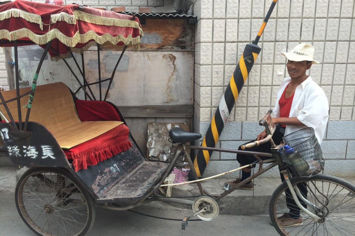Řidič rikši láká k projížďce