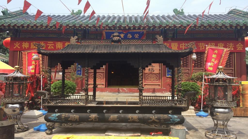 Bohatě zdobený vchod do buddhistického chrámu