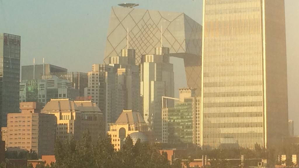 Moderní pekingská architektura, v pozadí budova čínské televize