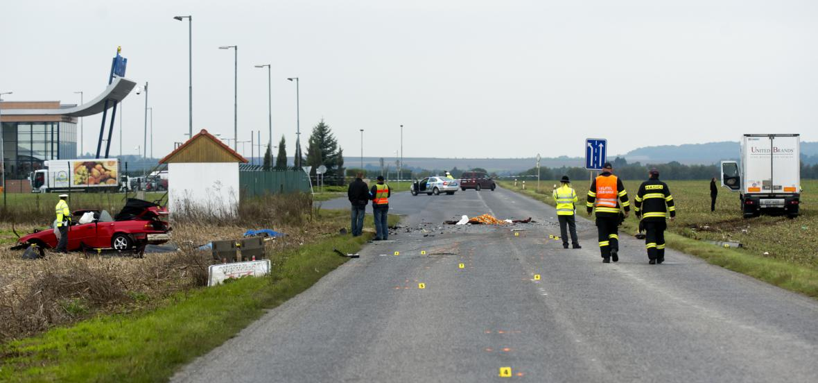 Tragická nehoda osobního vozu s kamionem u Klecan nedaleko Prahy