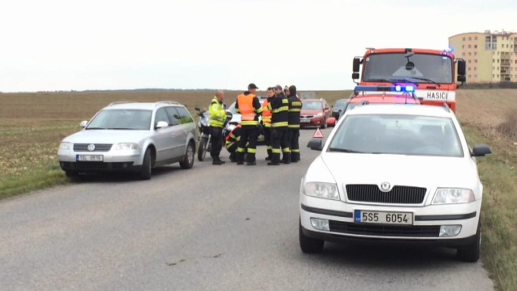 Místo nehody osobního BMW s kamionem u Klecan nedaleko Prahy