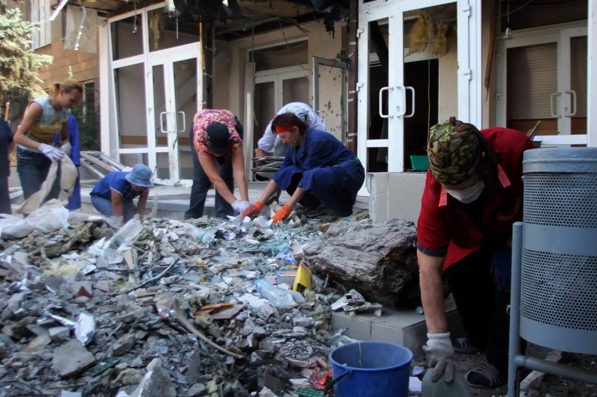 Obyvatelé Doněcku uklízejí zničené město