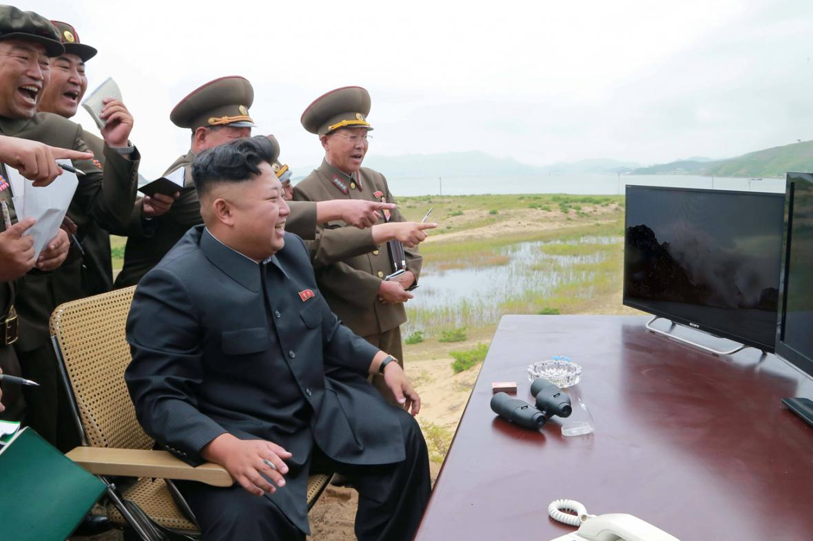 Kim Čong-un kouká na tmavé monitory