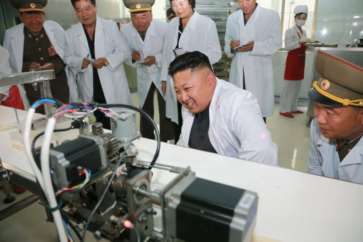 Kim Čong-un kouká na přístroje