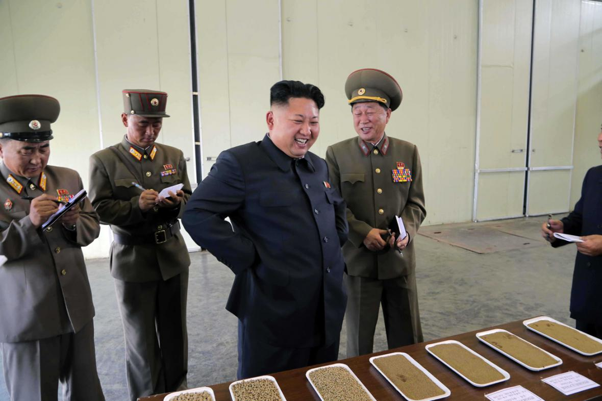 Kim Čong-un kouká na tácky s čímsi