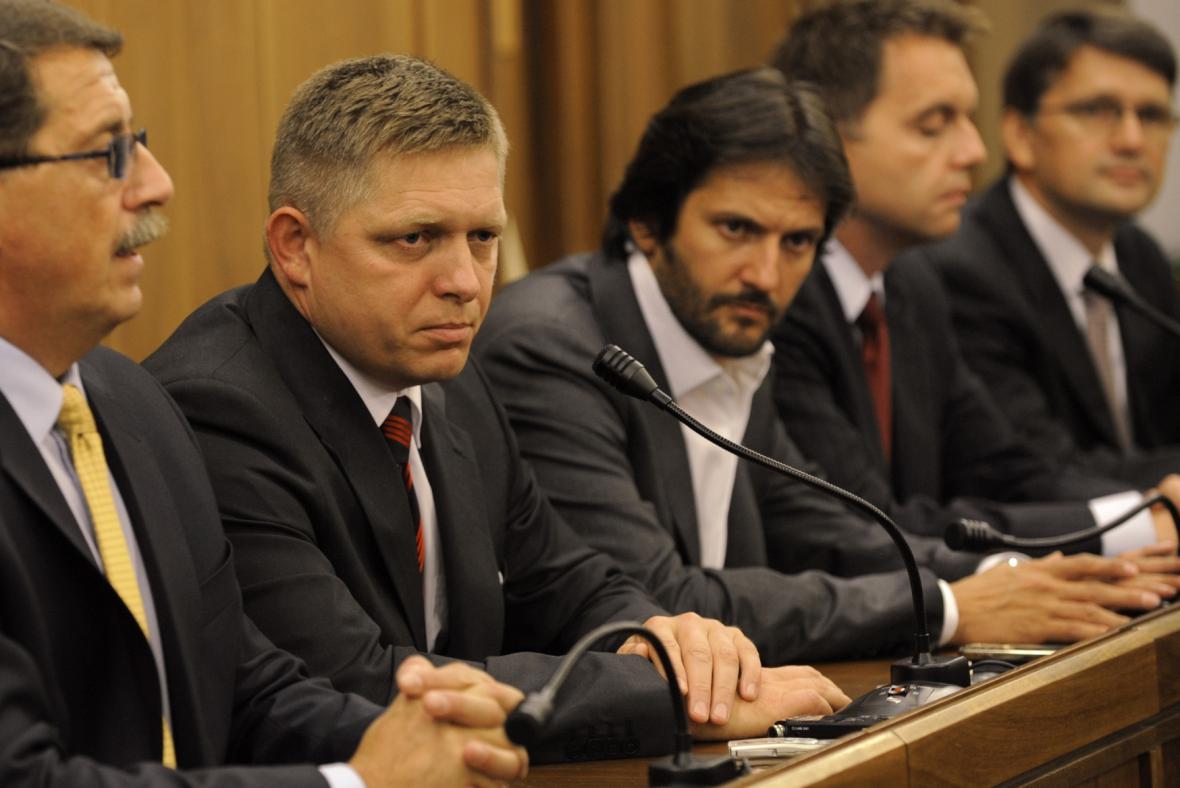 Robert Fico (druhý zleva) se svými spolustraníky ze Směru-SD
