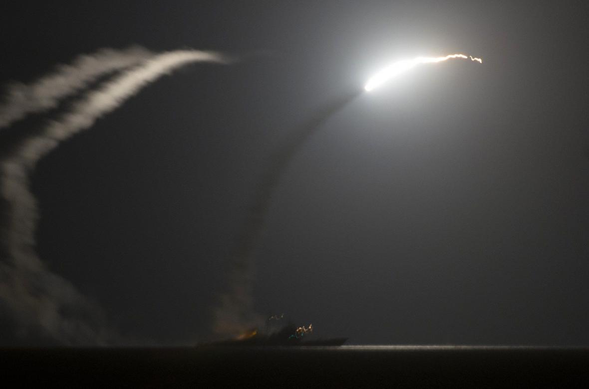 USA s arabskými spojenci udeřili na pozice IS v Sýrii