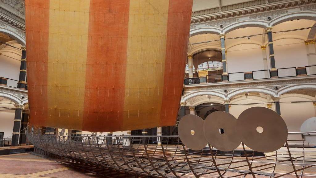 Model vikingské lodi se zachovalými spodními trámy