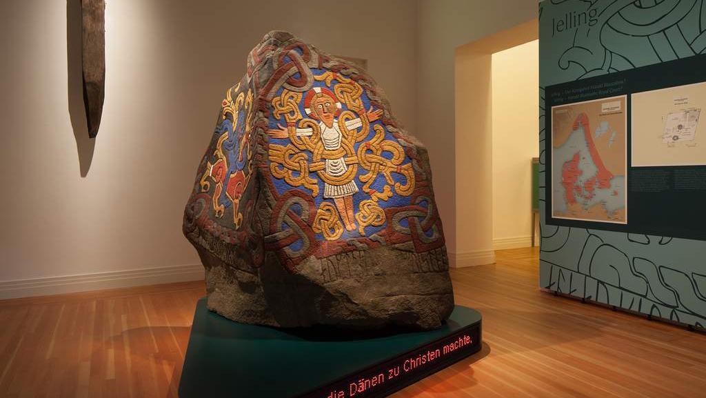 Pamětní kámen se symboly Ježíše a pohanského draka